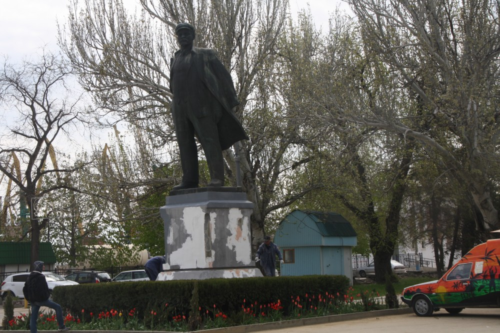 Фото новости - В Феодосии Владимира Ильича готовят к Первомаю