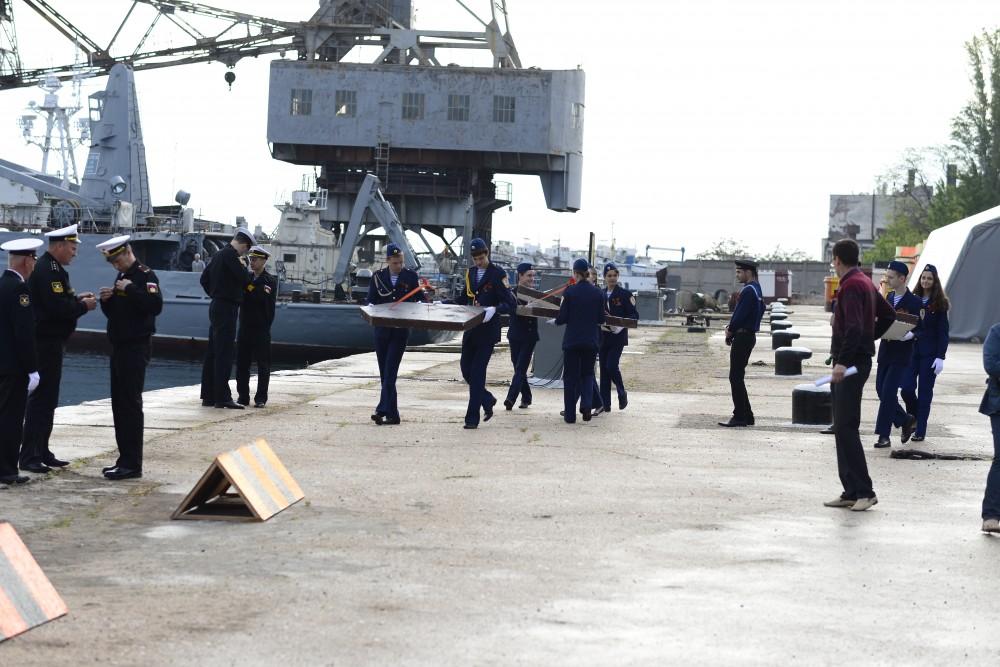 Фото новости - В Феодосийский залив спустили «Кораблики Победы»