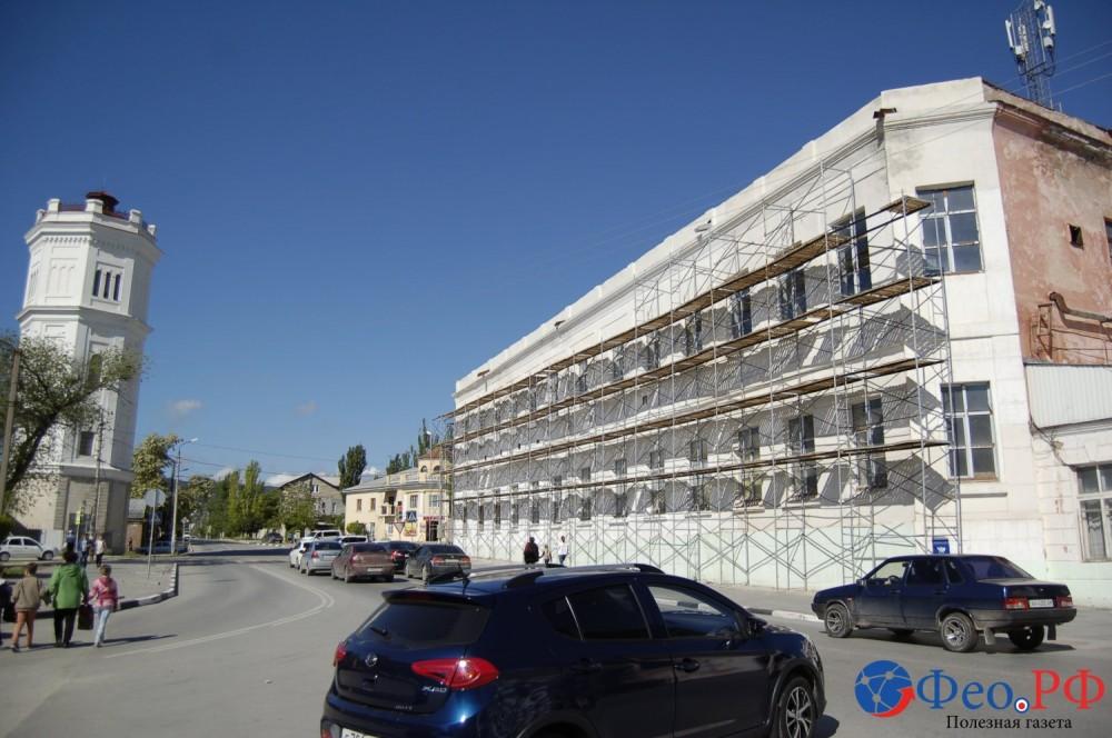 Фото новости - Вокруг зданий феодосийской «чулочки» третий месяц стоят леса
