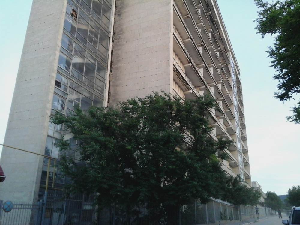 Фото новости - В Феодосии разрушается здание базы отдыха «Ай-Петри»: прохожих просят быть осторожными (ФОТО)