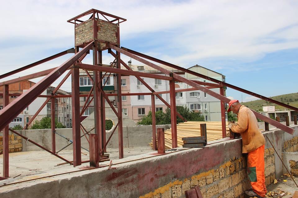 Фото новости - Строители готовятся крыть крышу на уже возведенном корпусе детсада на Челноках в Феодосии (ФОТО)