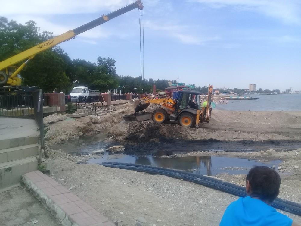 Фото новости - В Феодосии расчищают место для коллектора (фотофакт)
