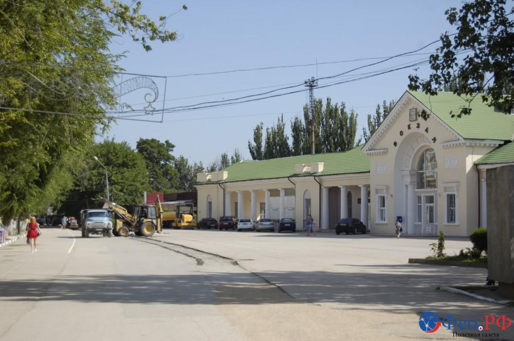 Фото новости - В Феодосии на проспекте Айвазовского восстанавливают асфальт. Накладывают латки