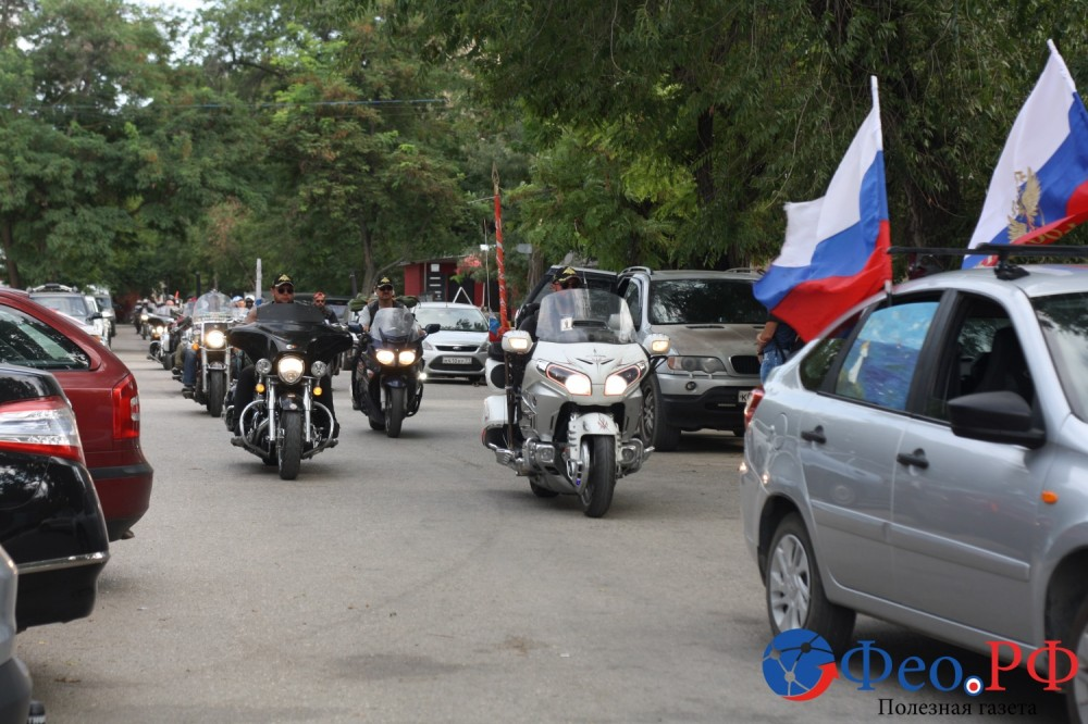 Фото новости - Рев мотоциклов и парни в «косухах» промчались по Феодосии (фоторепортаж)