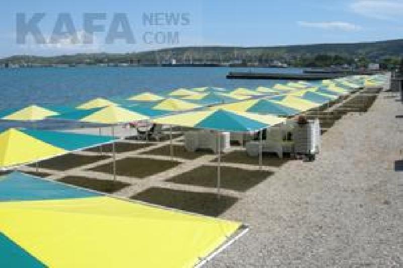 Увеличить - Раздевалки на пляжах Феодосии заставят переставить.