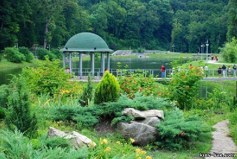 Это один из самых красивых парков Киева (если не самый красивый).Это действительно прекрасно ухоженное место.
