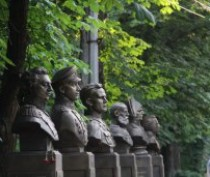 В Гагаринском парке Симферополя установили памятник Маргелову и Аллею славы