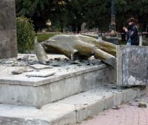 Неизвестные разрушили памятник Ленину в Судаке (ФОТО)