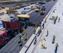 Строители начали укладывать первый асфальт на Крымском мосту