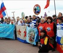 В Феодосии моржи Крыма закрыли зимний купальный сезон (ФОТО)