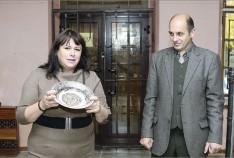 Феодосия. Новость - Сотрудница исполкома подарила Феодосийскому музею древностей антикварную тарелку конца XIX века