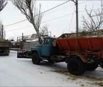 Феодосийские коммунальщики всю ночь расчищали город от снега