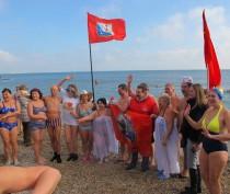Новости Феодосии: В Феодосии более ста человек искупаются в ледяном море в это воскресенье