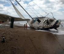 В Коктебеле штормом перевернуло яхту