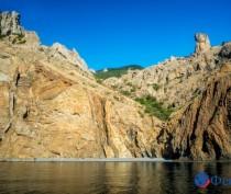 Посмотреть на древний вулкан Карадаг со стороны Черного моря