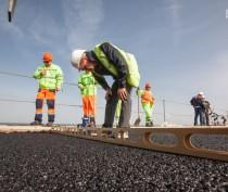 Строители уложили верхний слой асфальтобетона на пилотном участке Крымского моста