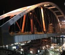 Строители начали поднимать автомобильную арку Крымского моста на опоры