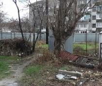 Год забору: двор феодосийской многоэтажки на Федько, 103 превратился в помойку (ФОТО)