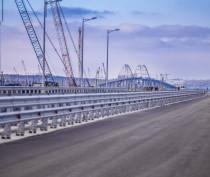 Барьерное ограждение и мачты освещения установлены на пилотном участке Крымского моста