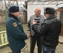 Феодосийские спасатели поздравили ветерана пожарной охраны с юбилеем