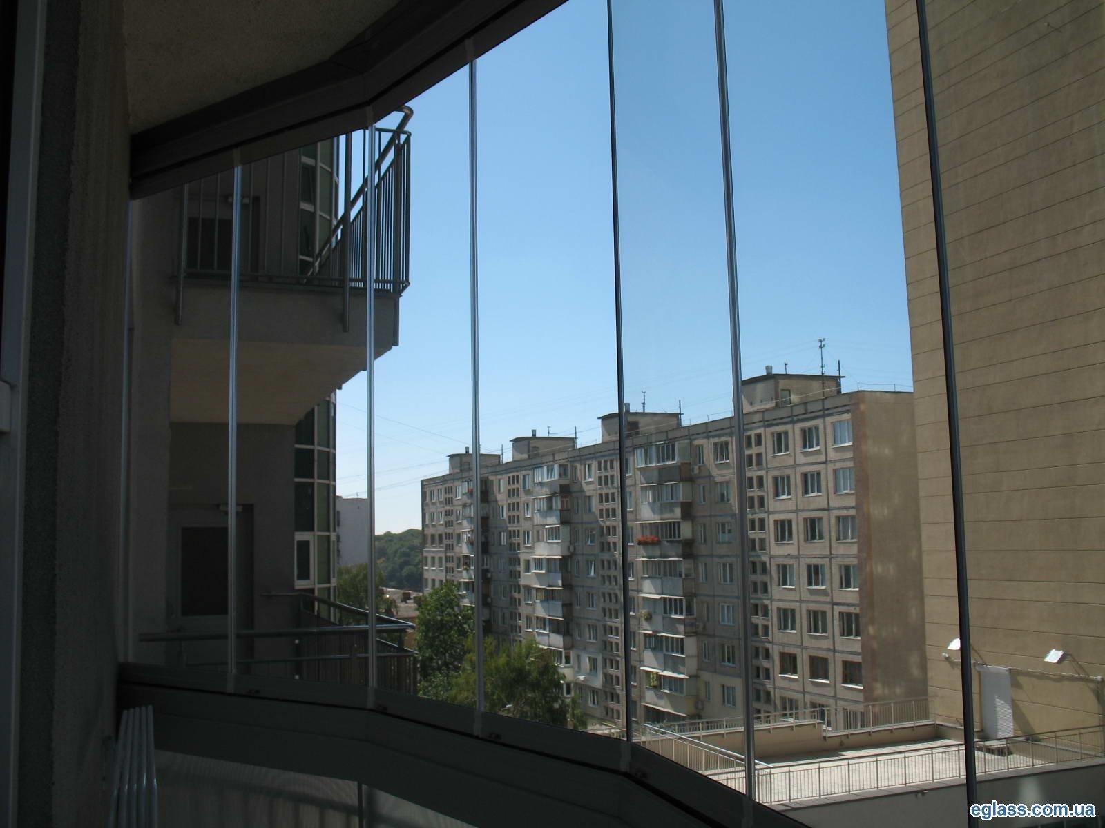 Балкон раздвижной безрамный из стекла 8 мм.